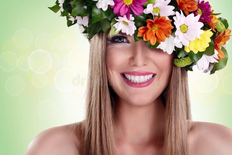 Mujer sonriente con la guirnalda de la flor fotos de archivo libres de regalías