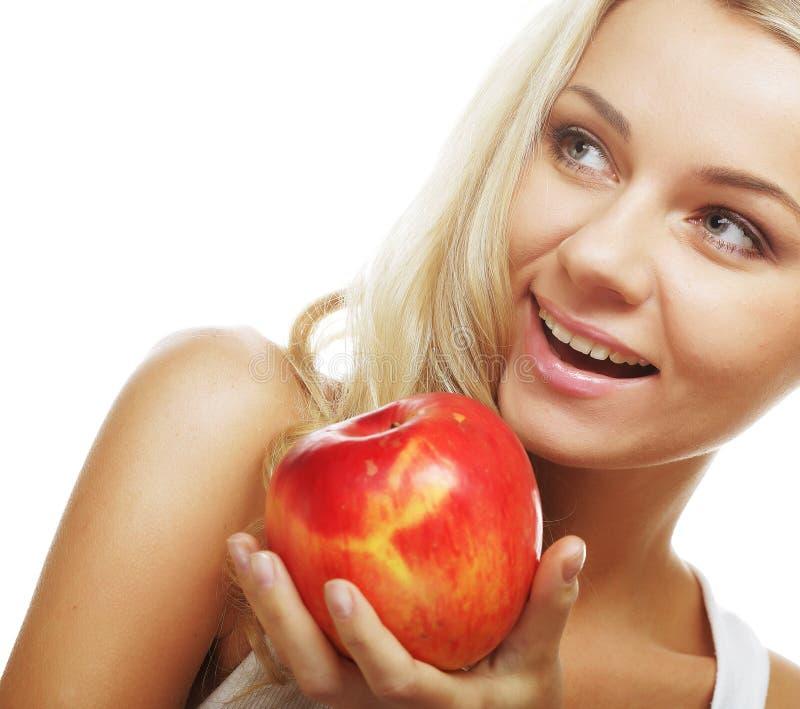 Mujer sonriente con la manzana roja foto de archivo libre de regalías