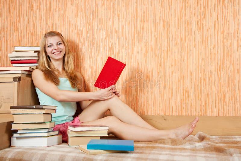 Mujer sonriente con los libros imagenes de archivo
