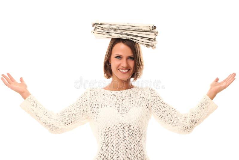 Mujer sonriente con los periódicos en una pista imágenes de archivo libres de regalías