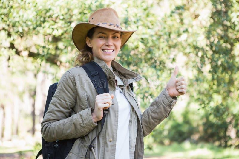 Mujer sonriente con los pulgares para arriba imagen de archivo