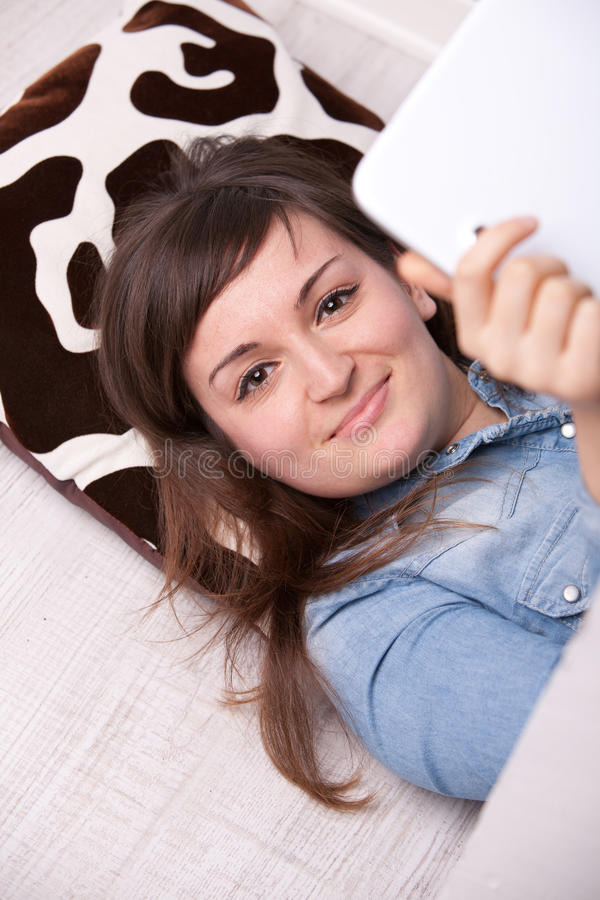 Mujer sonriente con una tableta digital imagen de archivo