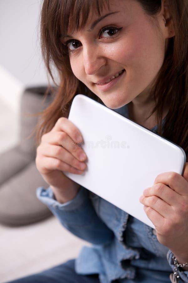 Mujer sonriente con una tableta digital fotografía de archivo libre de regalías