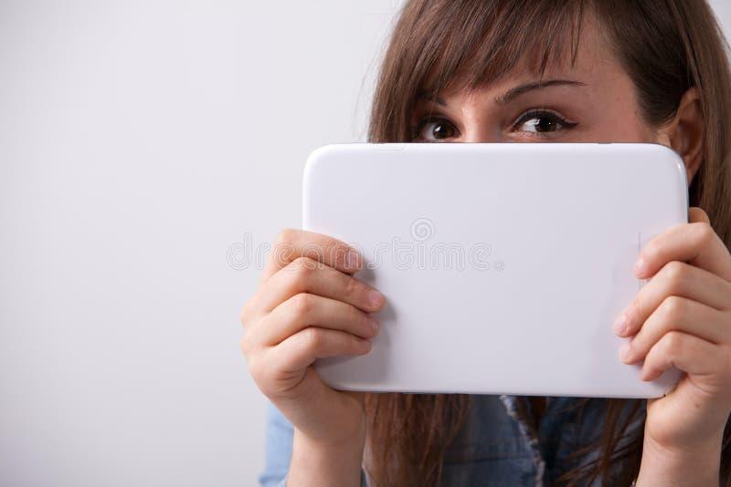 Mujer sonriente con una tableta digital imágenes de archivo libres de regalías