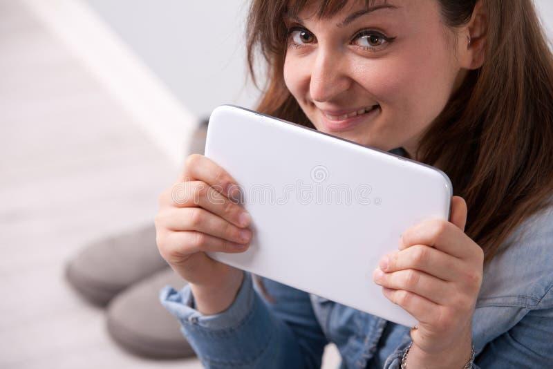 Mujer sonriente con una tableta digital foto de archivo libre de regalías