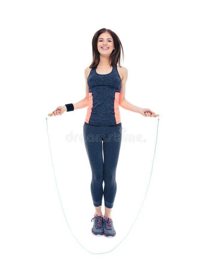 Mujer sonriente de la aptitud que salta con la cuerda que salta fotografía de archivo