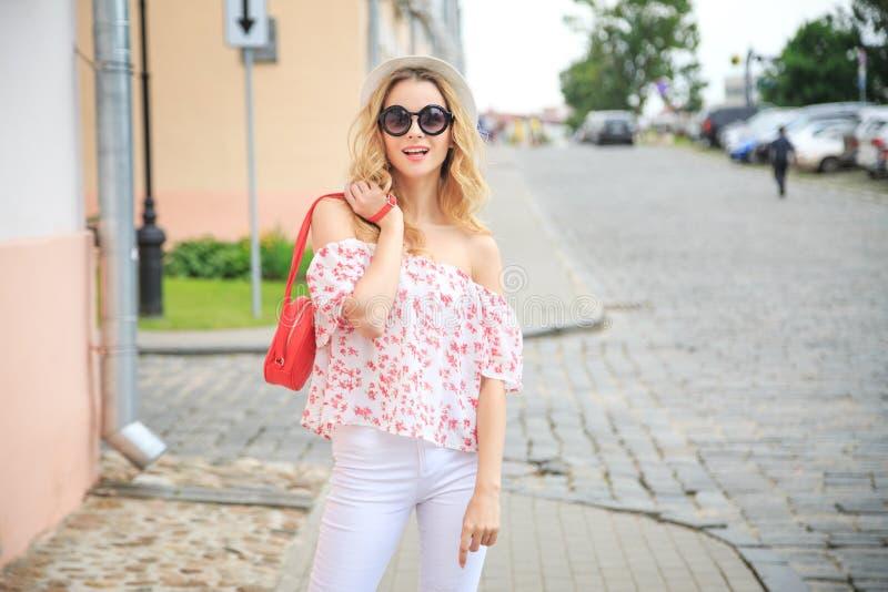 Mujer sonriente de la moda en la calle de la ciudad imagen de archivo