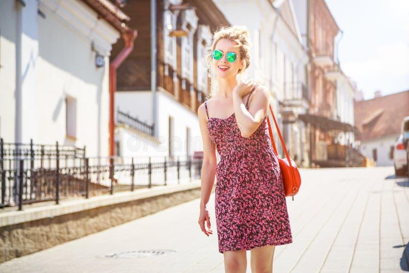 Mujer sonriente de la moda en la calle de la ciudad fotografía de archivo