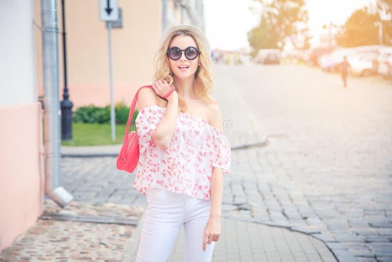Mujer sonriente de la moda en la calle de la ciudad fotos de archivo