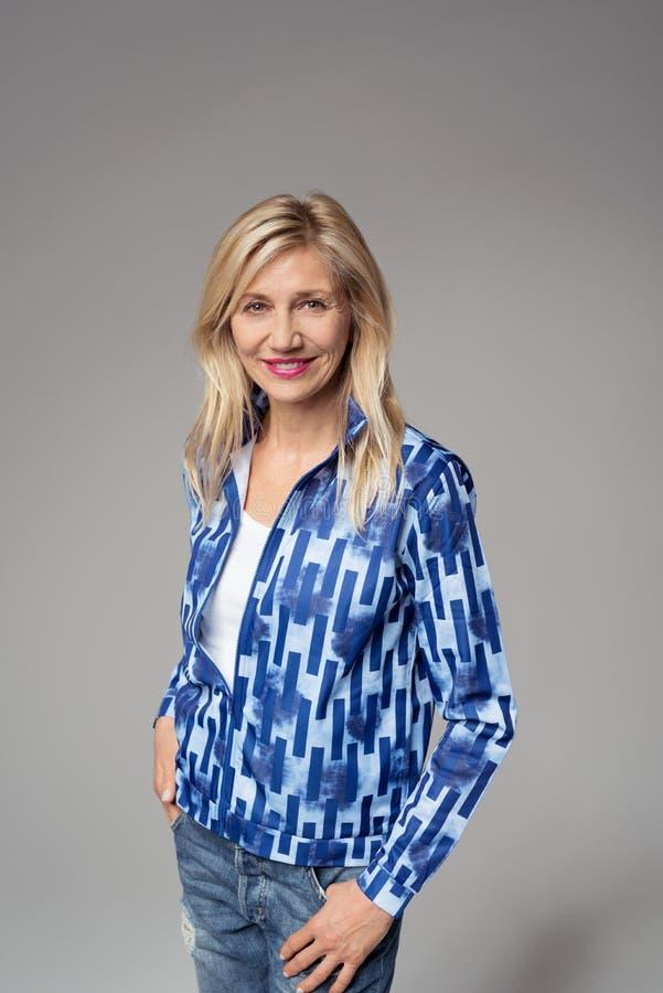 Mujer sonriente de la oficina contra Gray Background imágenes de archivo libres de regalías