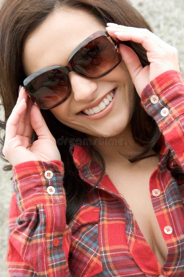 Mujer sonriente de las gafas de sol foto de archivo