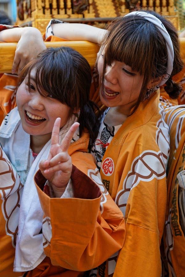 Mujer sonriente de los youns con su carga en Kanda Matsuri fotografía de archivo libre de regalías