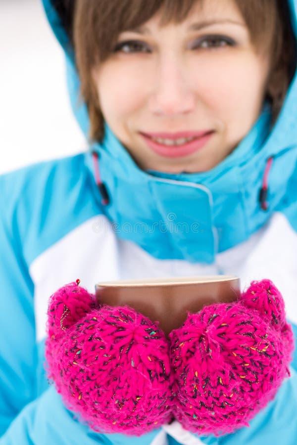 Mujer sonriente del deporte que sostiene la taza de té o de café caliente fotos de archivo
