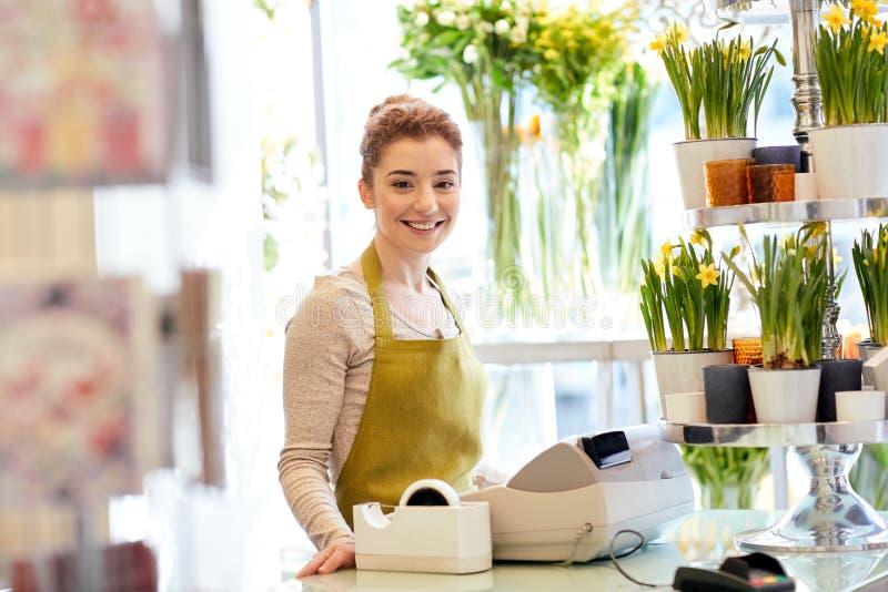 Mujer sonriente del florista en la caja de la floristería fotos de archivo libres de regalías