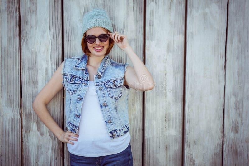 mujer sonriente del inconformista que lleva un sombrero de la gorrita tejida fotos de archivo libres de regalías