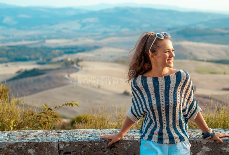 Mujer sonriente del viajero en Toscana que mira en distancia imagen de archivo libre de regalías