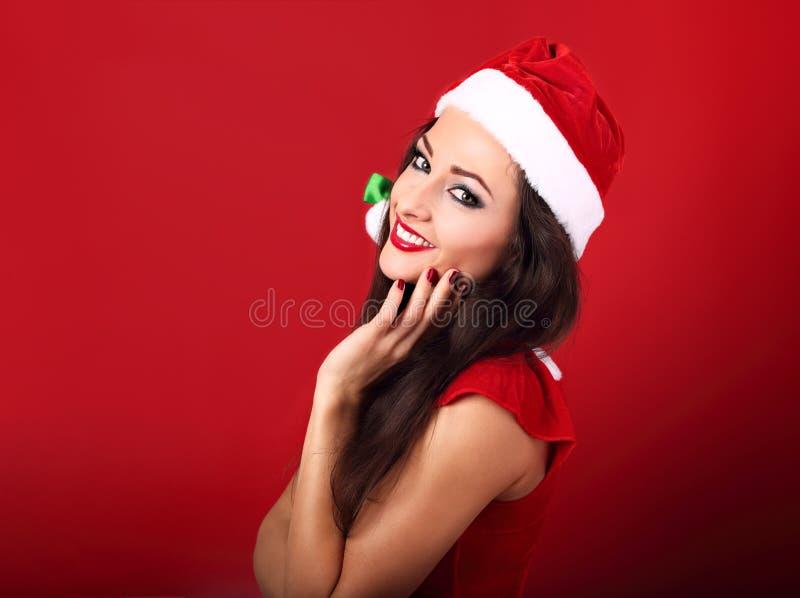 Mujer sonriente dentuda hermosa en el traje de Papá Noel con el bergantín foto de archivo libre de regalías