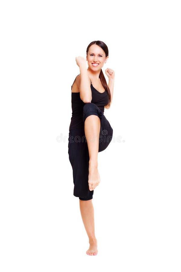 Mujer sonriente deportiva que hace aeróbicos fotos de archivo libres de regalías