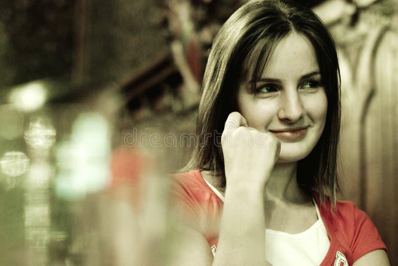 Mujer sonriente en barra imágenes de archivo libres de regalías