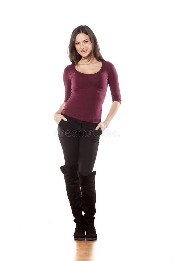 Mujer sonriente en botas foto de archivo libre de regalías