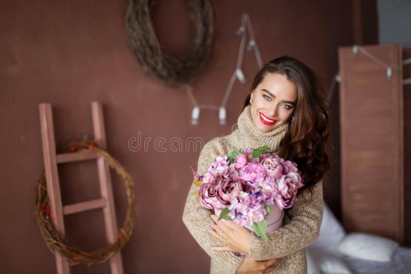 Mujer sonriente en caja de regalo de la tenencia del pijama y mirada de la c?mara, concepto de d?a de San Valent?n imágenes de archivo libres de regalías