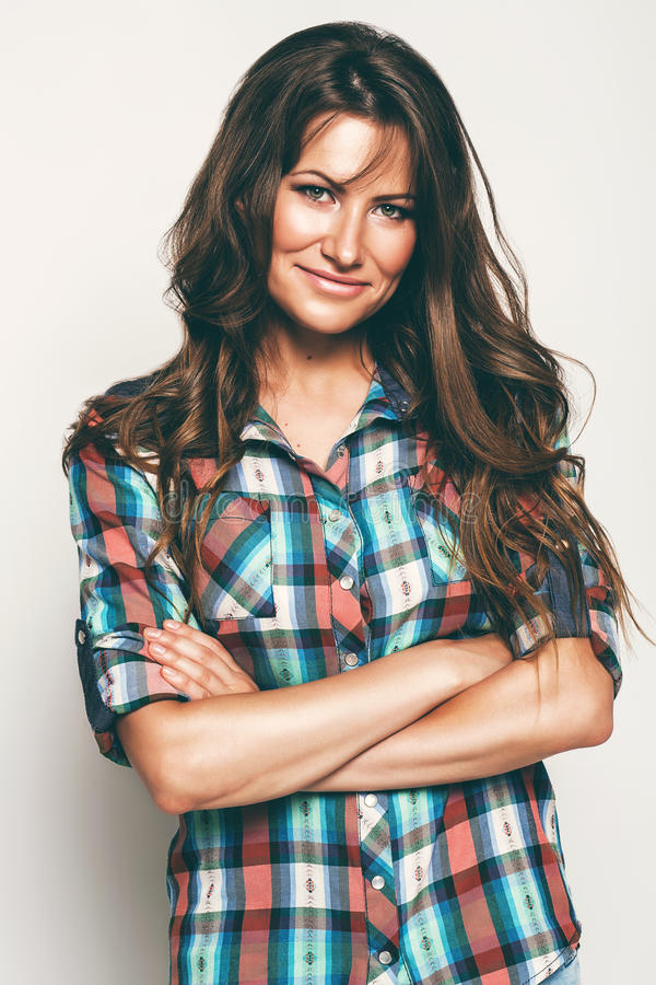 Mujer sonriente en camisa con el pelo largo foto de archivo
