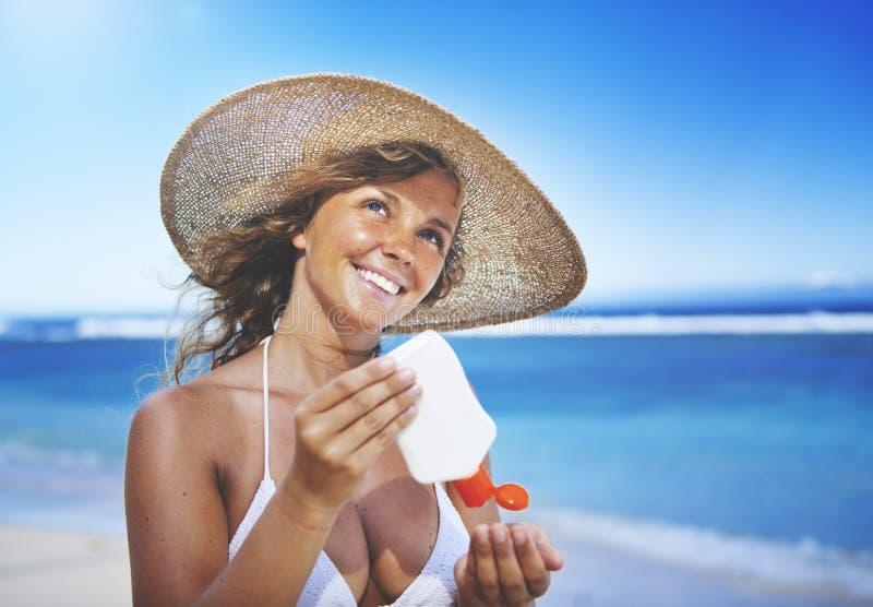 Mujer sonriente en el concepto de la relajación de la playa foto de archivo libre de regalías