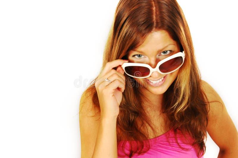 Mujer sonriente en gafas de sol imágenes de archivo libres de regalías