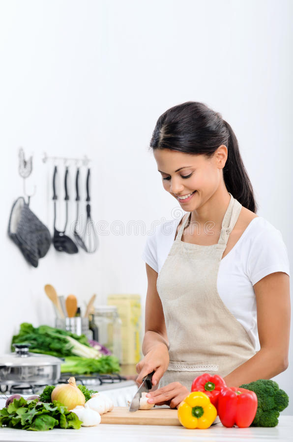 Mujer sonriente en la cocina fotografía de archivo