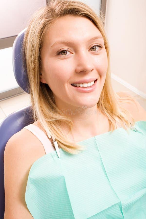 Mujer sonriente en la odontología fotografía de archivo libre de regalías