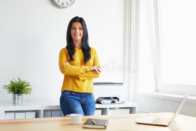 Mujer sonriente en la oficina fotografía de archivo libre de regalías
