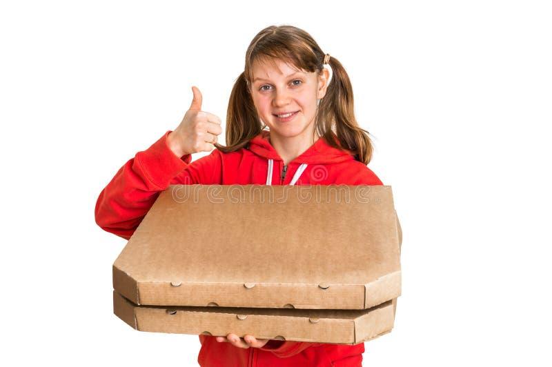 Mujer sonriente en pizza de entrega uniforme del rojo en cajas fotos de archivo libres de regalías