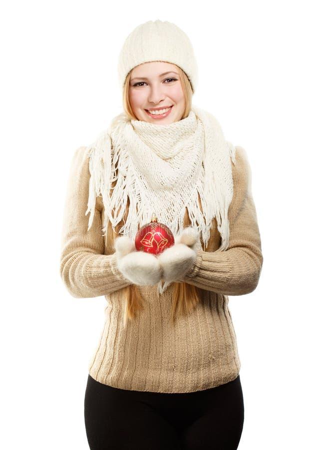 Mujer sonriente en ropa del invierno con la bola roja imagen de archivo