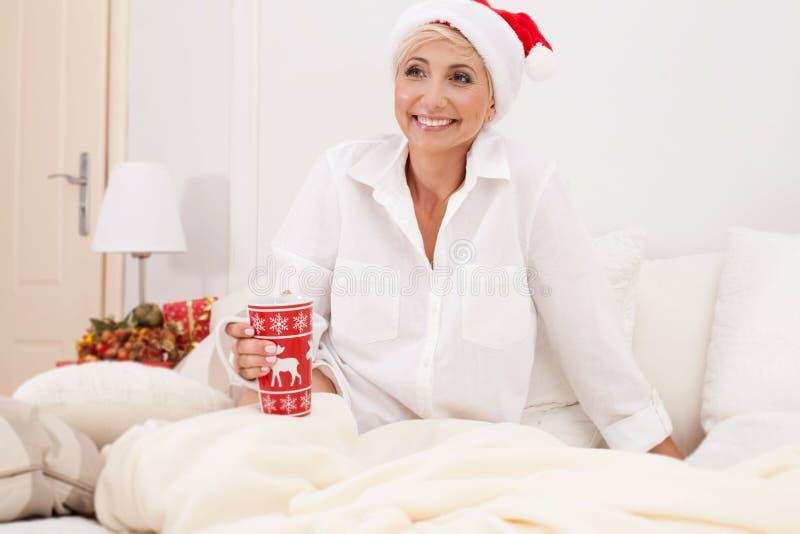 Mujer sonriente en tiempo de la Navidad foto de archivo