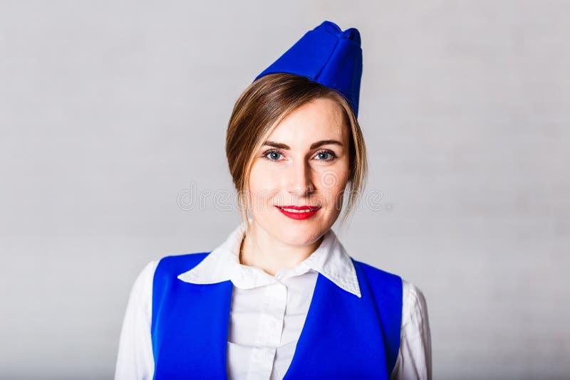 Mujer sonriente en un casquillo azul imagen de archivo libre de regalías