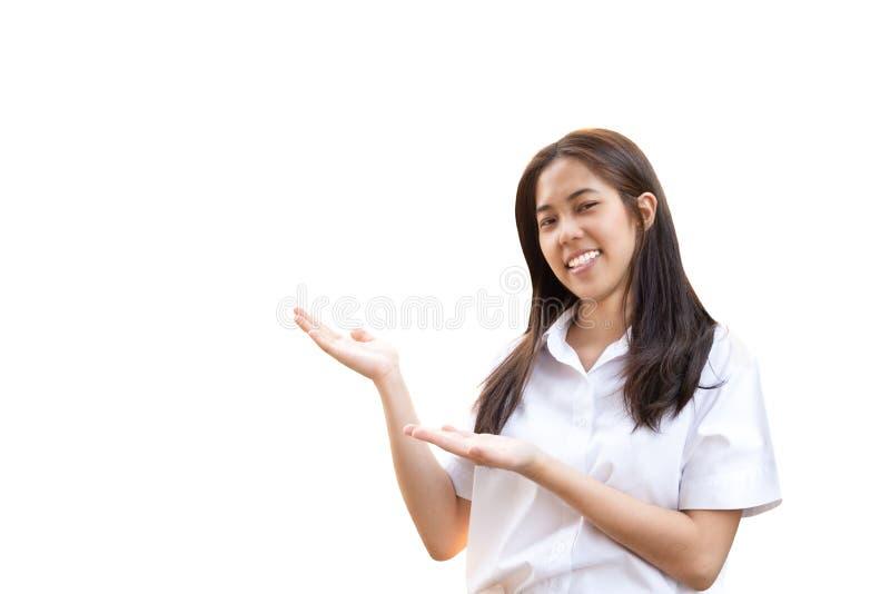 Mujer sonriente en uniforme de la universidad con las manos abiertas aisladas fotos de archivo