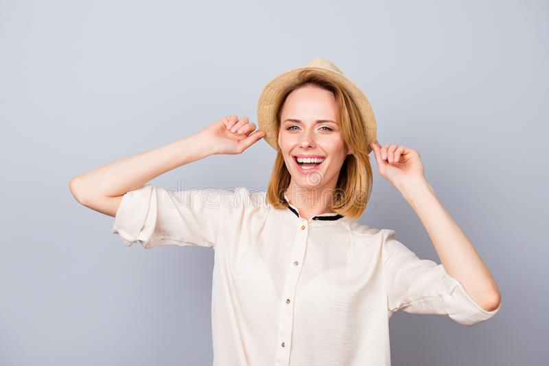 Mujer sonriente feliz en el sombrero de paja que tiene la diversión y situación contra imagen de archivo libre de regalías