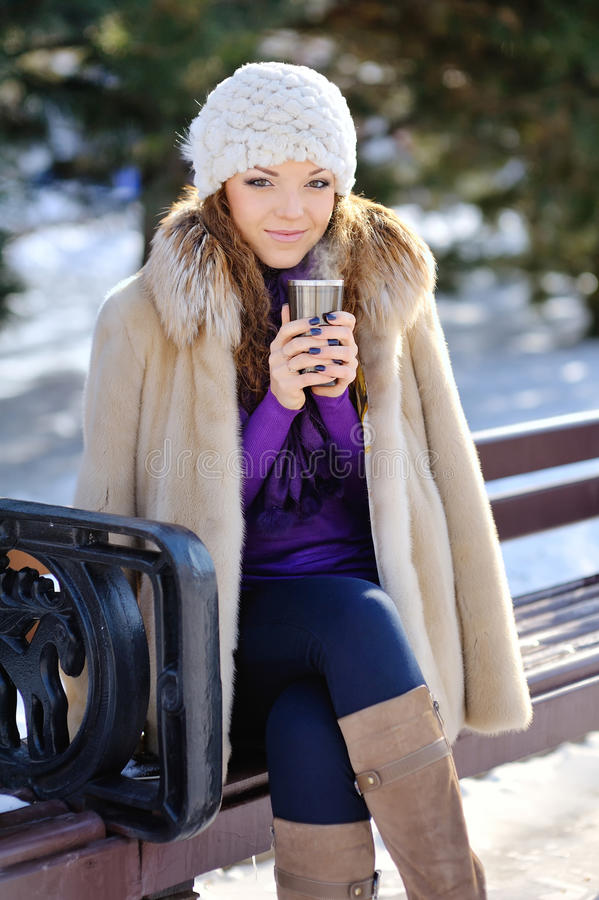 Mujer sonriente feliz hermosa del invierno imagenes de archivo
