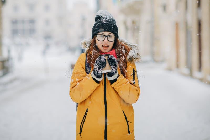 Mujer sonriente feliz hermosa del invierno con al aire libre Muchacha de risa al aire libre con la bebida caliente imagen de archivo libre de regalías