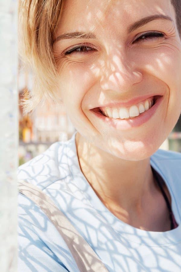 Mujer sonriente feliz joven imagenes de archivo