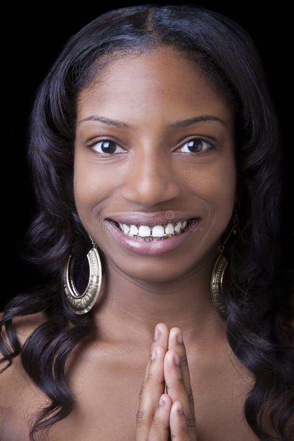 Mujer sonriente flaca del afroamericano con las manos imagenes de archivo