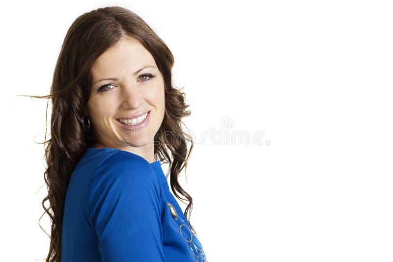 Mujer sonriente hermosa aislada en blanco imagen de archivo
