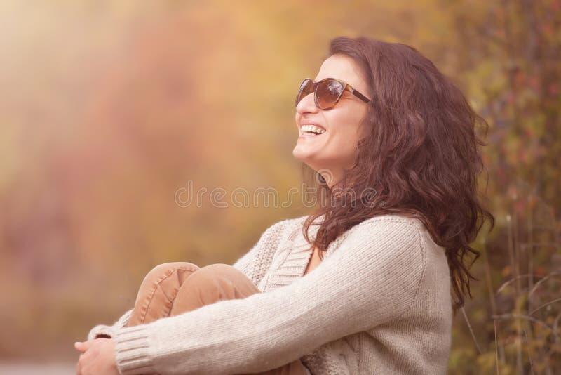 Mujer sonriente hermosa al aire libre Disfrute de la naturaleza en el parque foto de archivo libre de regalías