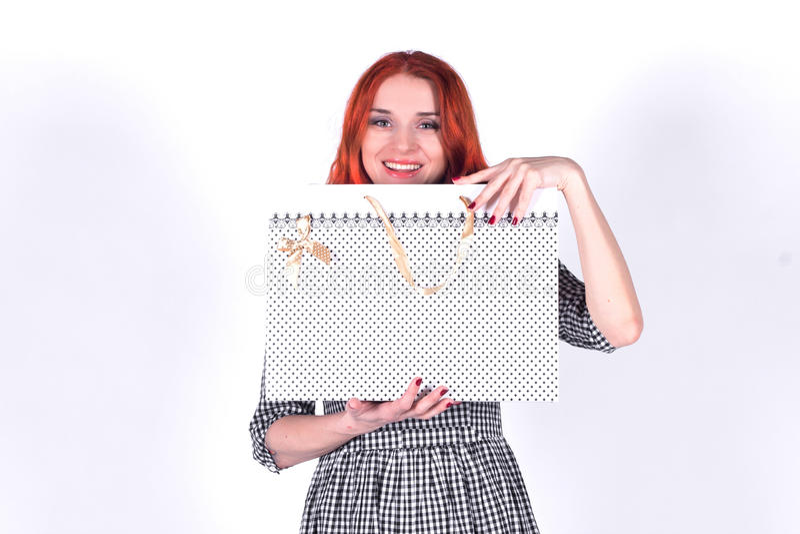 Mujer sonriente hermosa con el bolso blanco del regalo fotos de archivo libres de regalías