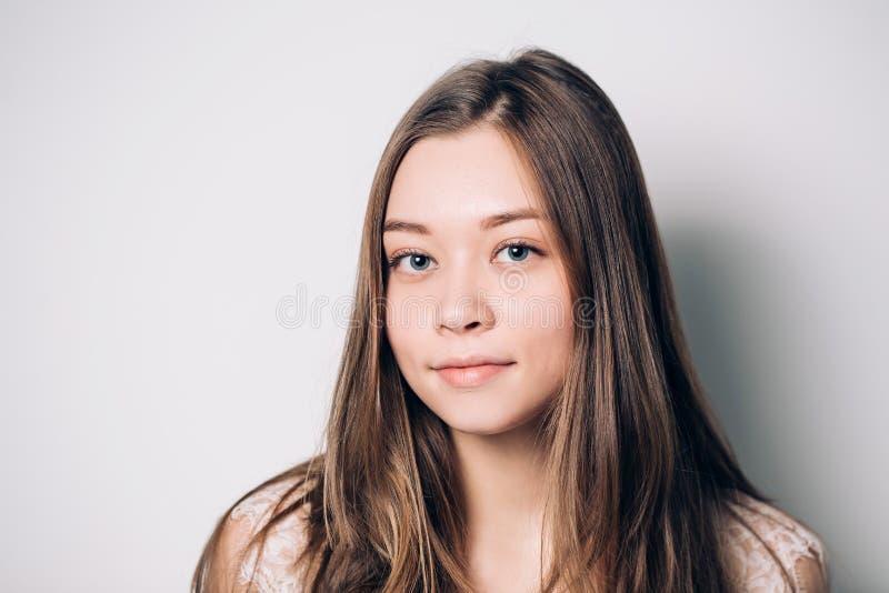 Mujer sonriente hermosa con la piel limpia, maquillaje natural fotografía de archivo libre de regalías