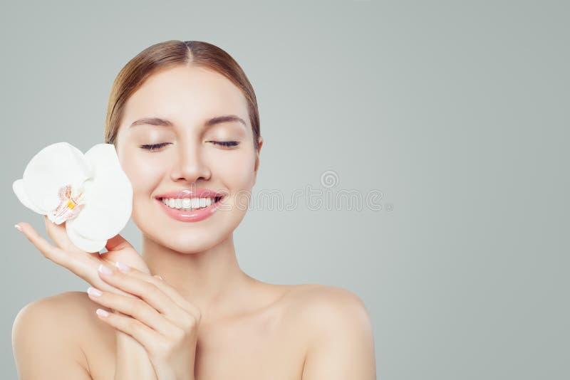 Mujer sonriente hermosa con la piel sana fotos de archivo libres de regalías