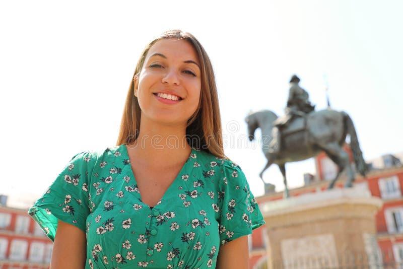 Mujer sonriente hermosa en el cuadrado del alcalde de la plaza, Madrid, España imagenes de archivo
