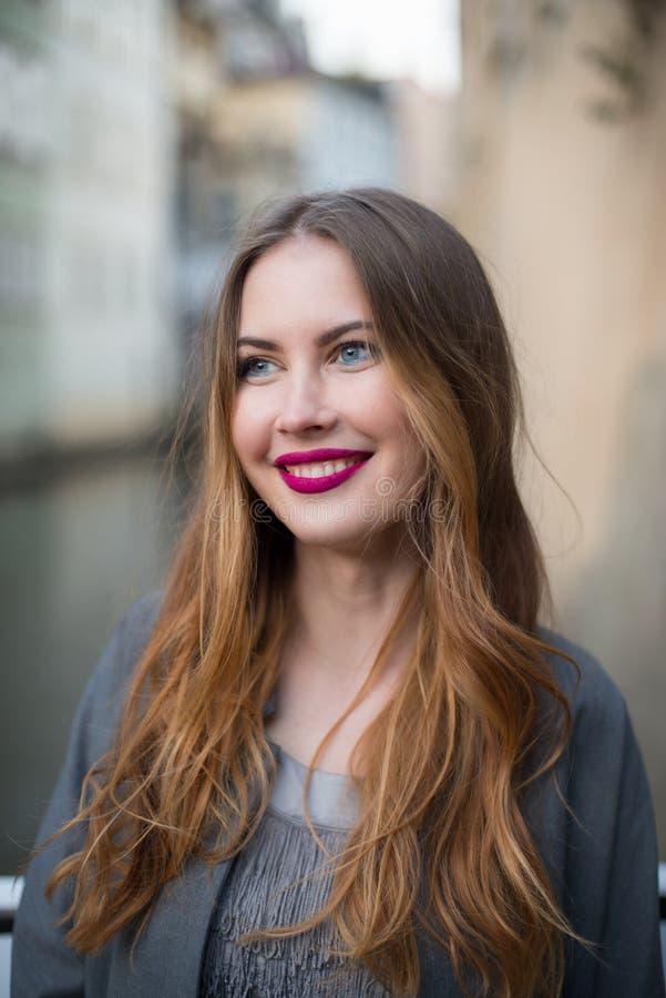 Mujer sonriente hermosa que viaja en Venecia, Italia fotografía de archivo