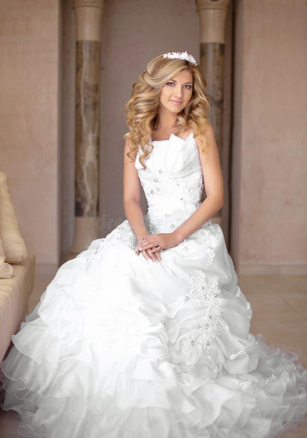 Mujer sonriente joven atractiva de la novia en vestido de boda Hermoso imágenes de archivo libres de regalías