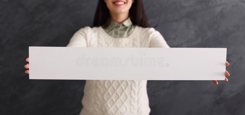 Mujer sonriente joven con el Libro Blanco en blanco foto de archivo libre de regalías